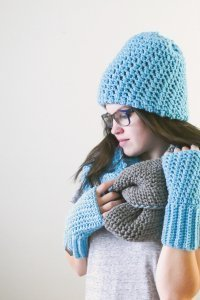 These crochet fingerless gloves make a statement in iced aqua, but you can make this easy crochet pattern in any color you choose and the fingerless gloves crochet pattern is free! #fingerlessgloves #crochetfingerlessgloves #fingerlessglovescrochetpattern #freecrochetpattern #textinggloves #gritstitch #crochet #crochetpreneur #madeiwthatwist