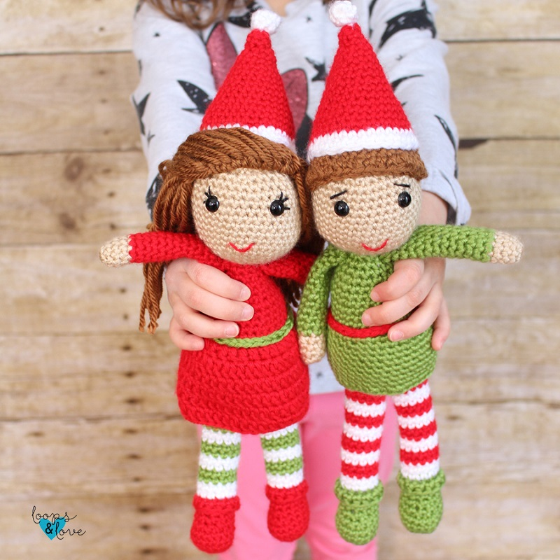 Photo of 2 amigurumi dolls, one an elf wearing a red dress and another one an else wearing green clothes